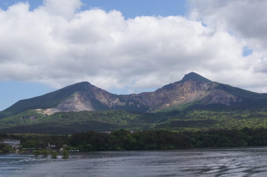 [裏磐梯]桧原湖からみた磐梯山