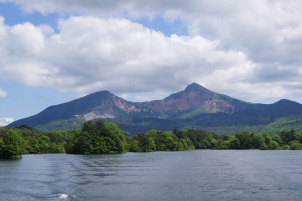[裏磐梯]桧原湖の遊覧船から裏磐梯山
