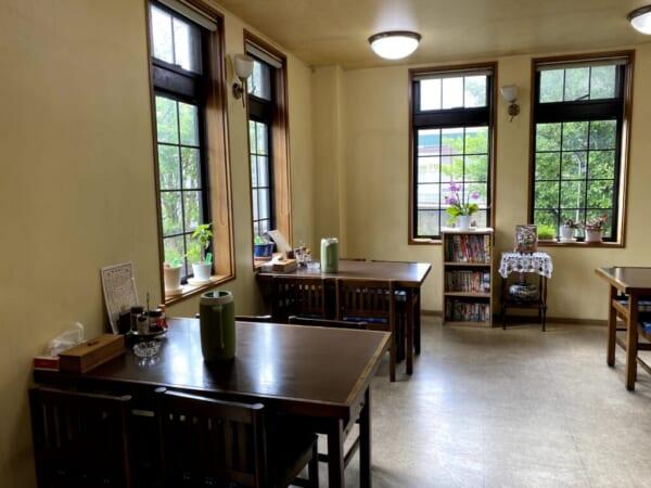 家族亭、内観、テーブル席、窓際