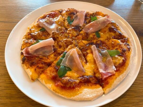蕎麦カフェ ファットリア こもと 生ハムとルッコラのチーズピッツァ