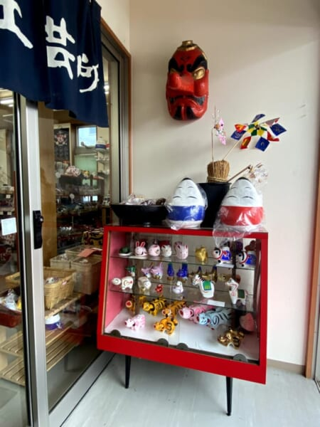 古布・民芸品 笑美(わらび) 店舗入り口、右側