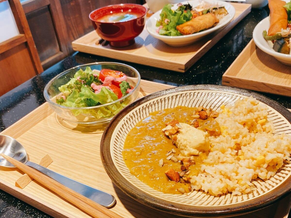 食堂 Kontsh (こんとしゅ) 落花生のカレーと季節のご馳走プレート