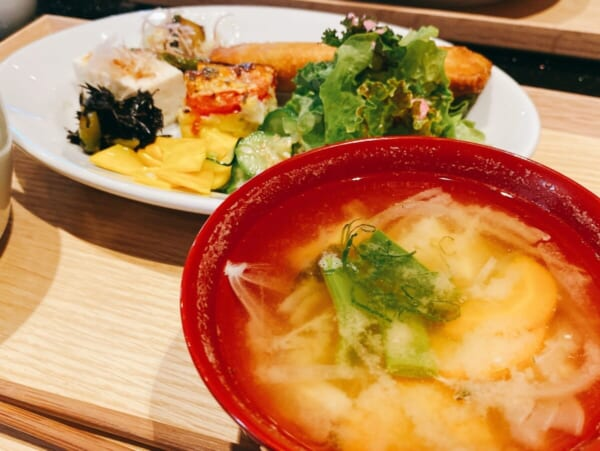 食堂 Kontsh (こんとしゅ) ご馳走プレート、味噌汁