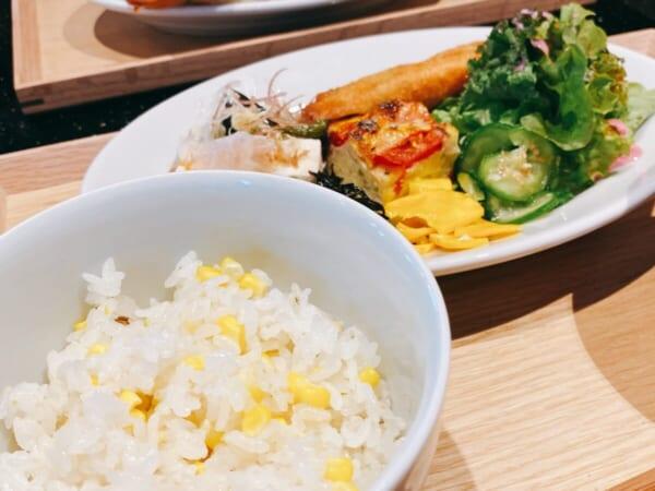 食堂 Kontsh (こんとしゅ) ご馳走プレート、7分付きとうもろこしご飯