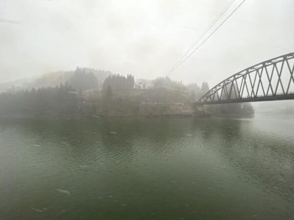 昭和村 雪まつり 車窓、只見川、天気が怪しい