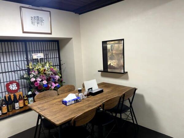ラーメン福○(ふくまる) 奥のテーブル席