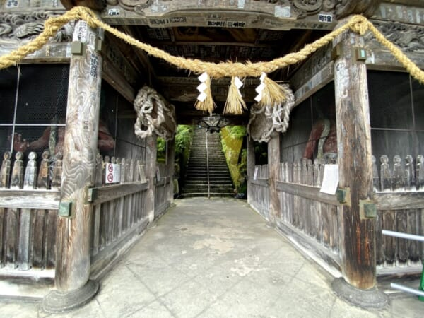 福満虚空蔵尊圓蔵寺 仁王門から奥の石段