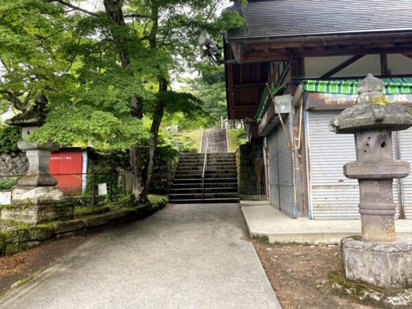 福満尊圓蔵寺 宝物殿、駐車場方向