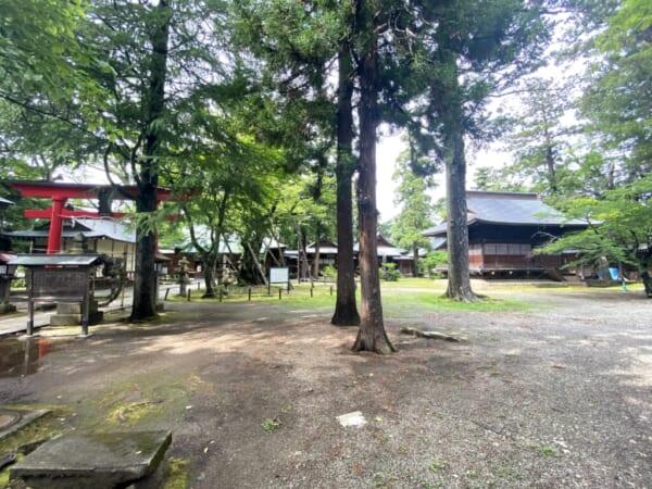 蚕養国神社(こがいくに神社) 右手の建物は神楽殿