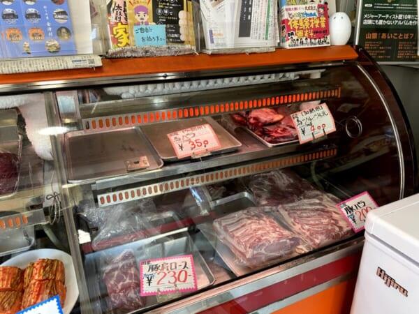 扇や精肉店(おおぎや せいにくてん) 商品ディスプレイ、馬・豚