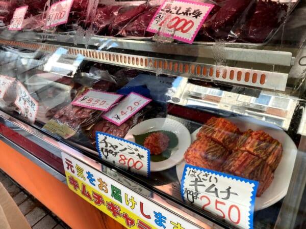 扇や精肉店(おおぎや せいにくてん) 商品ディスプレイ、キムチ