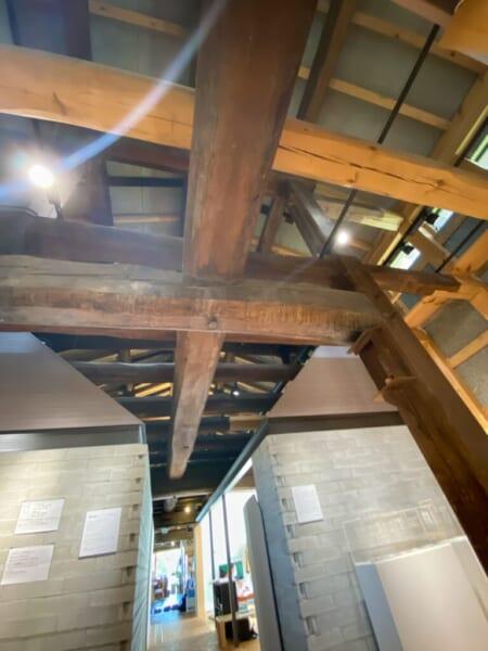 はじまりの美術館 十八間(約33m)ある太い梁