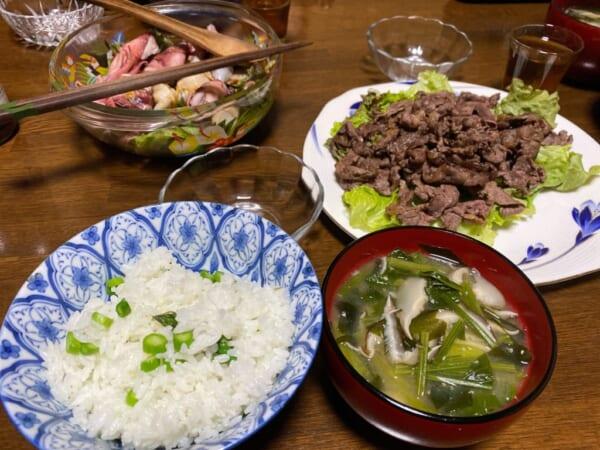 アスパラご飯、さくら焼き肉、海鮮サラダ