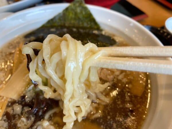 ゆがわ屋 背脂醤油ラーメン 麺アップ